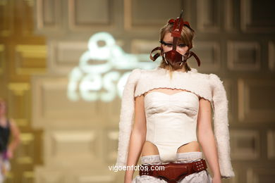 FASHION: A MENTE DEMENTE DE SEVÉRINE SÉRIZY - MÓNICA BASTÓN PAZ - RUNWAY FASHION OF YOUNG FASHION DESIGNER TESOIRA 2008