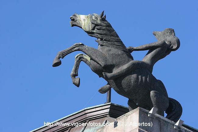 Fotos de esculturas caballos de novacaixagalicia for Oficinas novacaixagalicia madrid