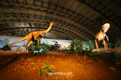 DINOSAUR EXTINCTION - MODELS. UNIVERSAL EXHIBITION - GOBISSAUROS - DINOSAURS OF THE GOBI DESERT. EXTINCTION